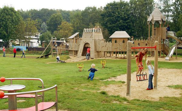 Ein Spielplatz mit Kindern im Regenbogen-Camp
