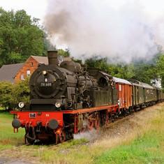 78er Dampflok zieht historische Wagen vor Teutoburger Wald