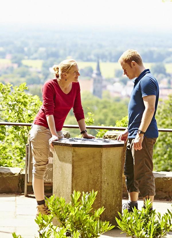 Zwei Wanderer machen Pause auf dem Hermannsweg an der Schönen Aussicht in Riesenbeck.