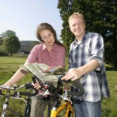Zwei Radfahrer mit Rädern und Radwanderkarte