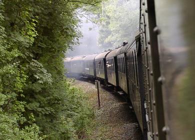 Langer Zug dampft um die Ecke
