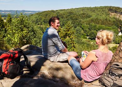 Ein junges Paar macht ein Picknick auf dem Felsen Dreikaiserstuhl.