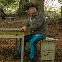 Ein Wanderer macht Rast an dem Tischset mit dem Schriftzug der Teutoschleifchen.