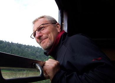 Fahrgast blickt aus Fenster eines historischen Waggons