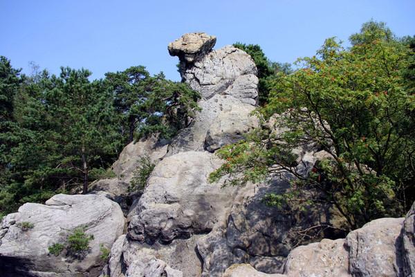 Steinformation Hockendes Weib